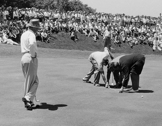 Sam Sneed watches as USGA officials determine who's to putt first, US Open 1947
