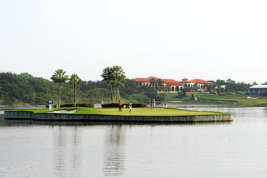 The floating island green 17th at December's Thailand Golf Championship