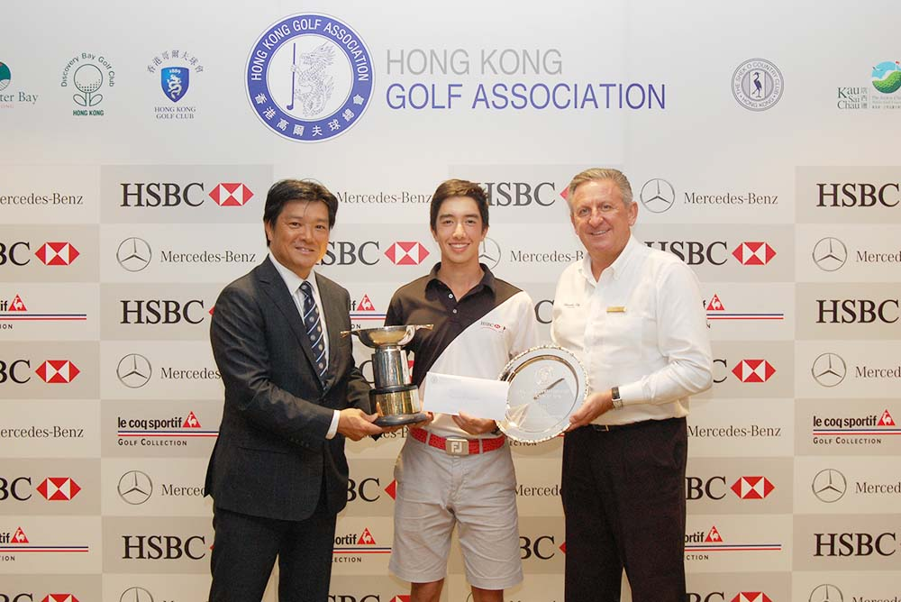 Yannick Artigolle receives the prize from Nishi Yoshihiro and Peter Downie