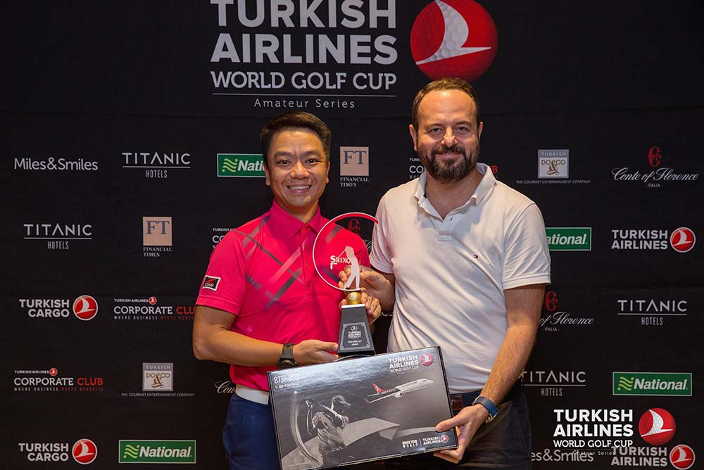 Ahmet Serhat Sari (right), General Manager for Turkish Airlines Hong Kong, presents the individual champion trophy to the winner, Edmond Cheng