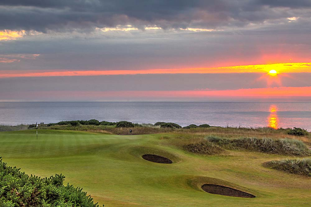 Sunrise at the magnificent Kingsbarns 1st hole