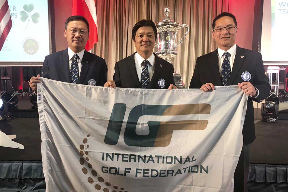 Yoshihiro Nishi (middle), President of HKGA, accepts the transfer of the next World Amateur Team Championship tournament to Hong Kong in 2020 with Danny Lai (left) and Kenneth Lam (right), CEO and Vice President of HKGA